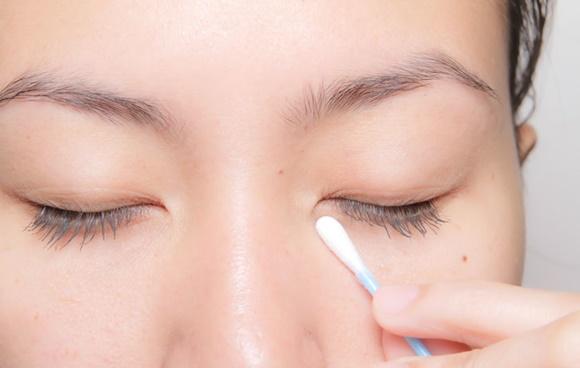 アイクリームを目の下から塗り始める